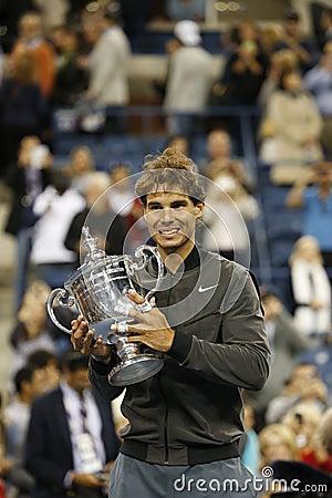 Campeón Rafael Nadal del US Open 2013 que sostiene el trofeo del US Open durante la presentación del trofeo Foto editorial