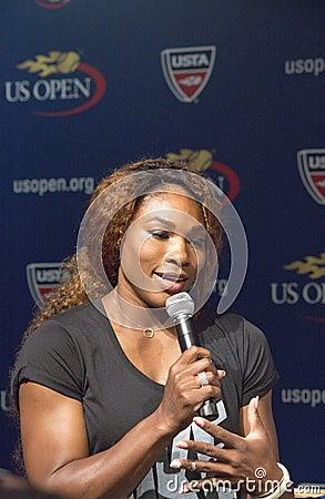 Campeão Serena Williams do grand slam de dezesseis vezes na cerimônia 2013 da tração do US Open Foto Editorial