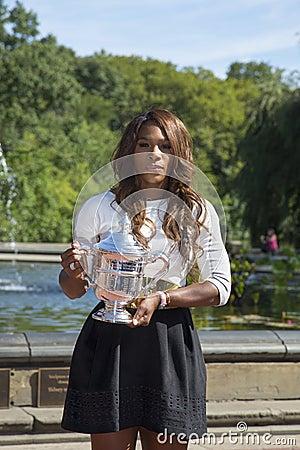 Campeão Serena Williams do US Open 2013 que levanta o troféu do US Open no Central Park Fotografia Editorial
