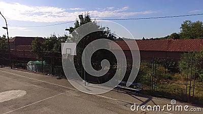 Campo de basquete de verão vazio e banco ao lado video estoque
