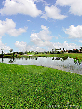 Campo de golfe com opiniões do lago
