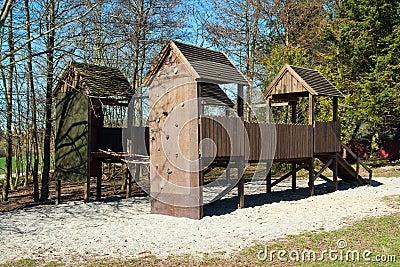 Campo de jogos vazio das crianças no parque