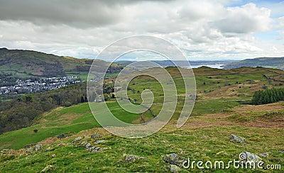 Campo inglés: valle, lago, colinas, aldea