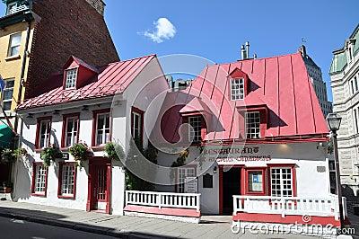 Casa francesa del estilo en la ciudad de Quebec vieja Foto editorial