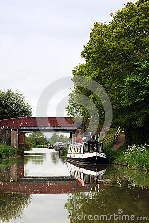 Canals in united kingdom with boats, bridges and v