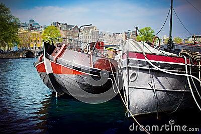 Canal velho da cidade de Amsterdão, barcos.