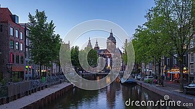 Canale di Amsterdam e skyline di notte con la lapidazione della chiesa di San Nicola a Amsterdam, Paesi Bassi stock footage
