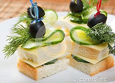 Canape avec du fromage et le concombre