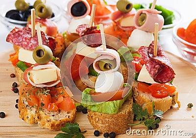 Canape con los ingredientes alimentarios italianos
