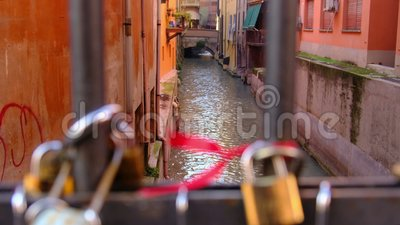 Candados del amor en el puente del canal de Bolonia - Italia almacen de metraje de vídeo