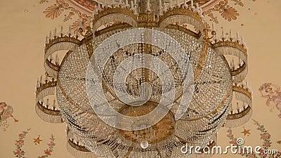 Candelabro e teto de cristal bonitos do teatro de Alexandrinsky video estoque