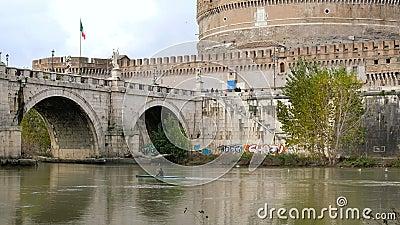 Canoa humana sobre la madera cromada del río, vida saludable de la actividad deportiva urbana metrajes