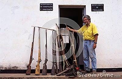 Canons saisis de braconniers en Mozambique. Image éditorial