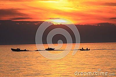 Canotaje en la puesta del sol