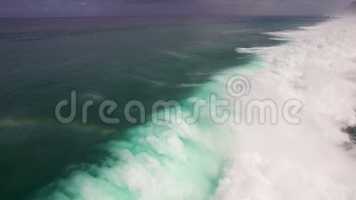 Cantidad aérea de la cámara lenta del abejón de las olas oceánicas que se rompen antes de la orilla Bali, Indonesia metrajes