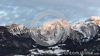 Cantidad aérea de la montaña con el pico rocoso cubierto en la nieve, 4k almacen de video
