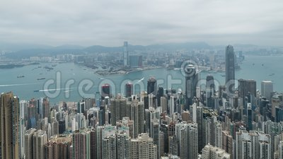 cantidad cinemática del lapso de tiempo de la toma panorámica 4k derecha a izquierda de Victoria Harbour tomada del pico en Hong  almacen de video