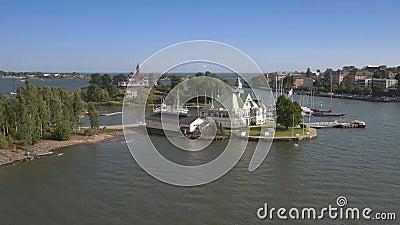 Cantidad de la visión aérea del área de la bahía de Helsinki con los chalets y las islas viejos de los barcos metrajes
