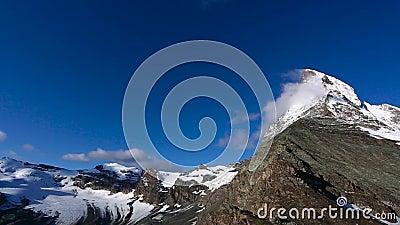 Cantidad panorámica de la vista del este del norte del pico de Cervino durante salida del sol en día soleado con el cielo azul pr almacen de metraje de vídeo