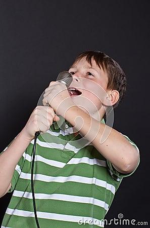 Canto adolescente em um microfone