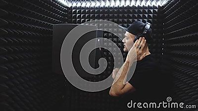 Cantor Emocional registra canção de Hiphop no Recorting Studio video estoque