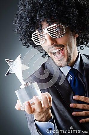 Cantor que recebe o prêmio da estrela
