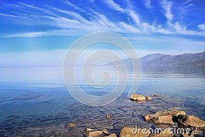 Cap Corse sob um céu dos azuis celestes