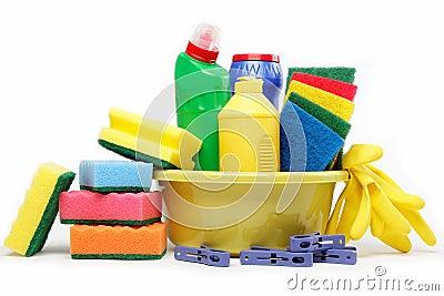 Capienza con i rifornimenti di pulizia isolati su bianco.