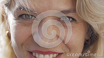 Captura recortada de una bella mujer feliz riéndose a la cámara almacen de video