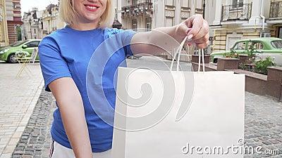 Capture d'écran d'une femme de messagerie tenant des sacs de courses avec achat banque de vidéos