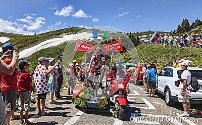 Carácter divertido en la bicicleta Foto editorial