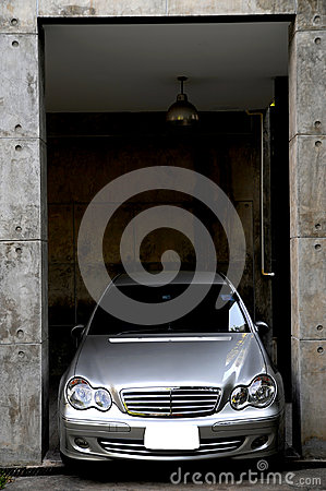 Free Car In A Garage Royalty Free Stock Photography - 97831337