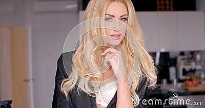 Cara bonita de la mujer joven con el pelo ondulado rubio largo almacen de metraje de vídeo