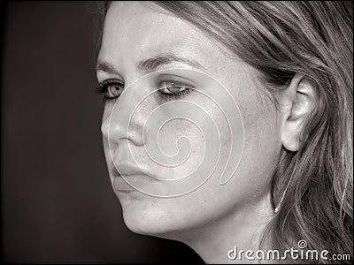 Cara de la muchacha adolescente en blanco y negro