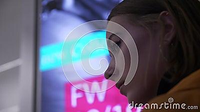 A cara de um modelo novo no perfil em um sinal de anúncio de néon de piscamento video estoque