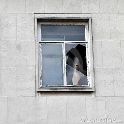 Cara del fantasma en la ventana