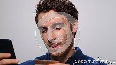 Cara que usa cartão de banco para compras online Homem que faz pagamento online com cartão bancário vídeos de arquivo