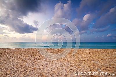Caraïbisch strand bij zonsopgang