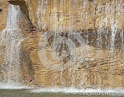 Característica grande del agua en un jardín