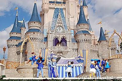 Caracteres de Disney en el castillo de Cinderella Foto editorial