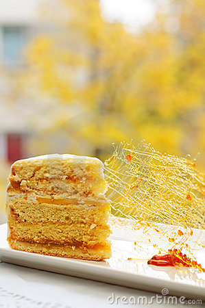 Caramel decoration and cake