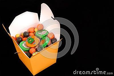 Caramelo de Halloween en un envase de comida chino anaranjado