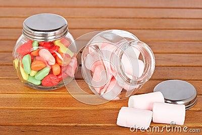 Caramelos coloridos y melcochas rosadas