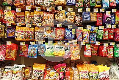 Caramelos en el supermercado Imagen editorial