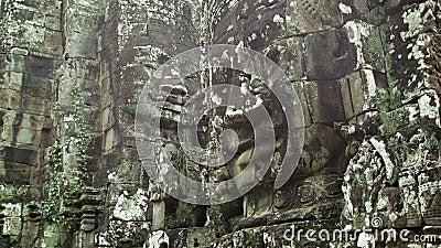 Caras de pedra enormes nas paredes de um templo antigo Camboja, Bayon video estoque