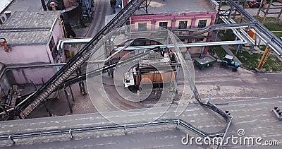 Caricando un trasportatore del camion ad una vista superiore di impresa industriale da un fuco archivi video