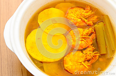 Caril ácido e picante dos camarões com a haste do tiro de bambu e dos lótus