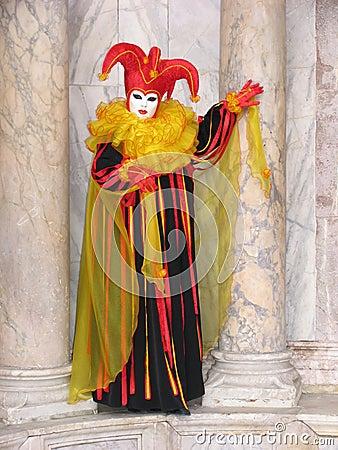 Carnaval: masker tussen pijlers