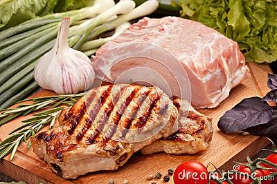 Carne crua e grelhada com vegetais