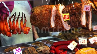 Carne de barbacoa colgada en el mercado de Hong Kong cerdo crujiente metrajes